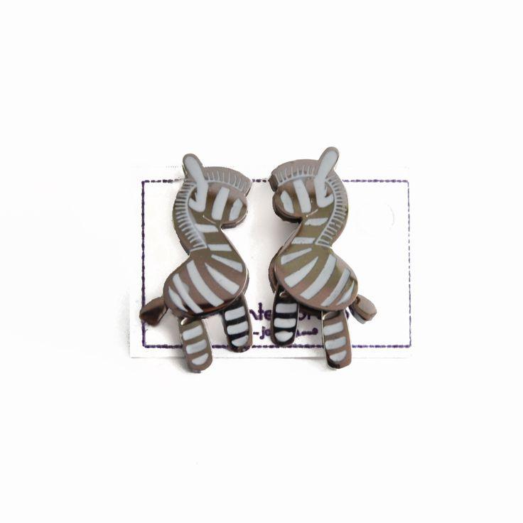 Aretes tiernos y muy divertidos!!! Así son estos aretes de zabra con patas movibles que puedes comprar ya en http://www.martinpescador.com.co/