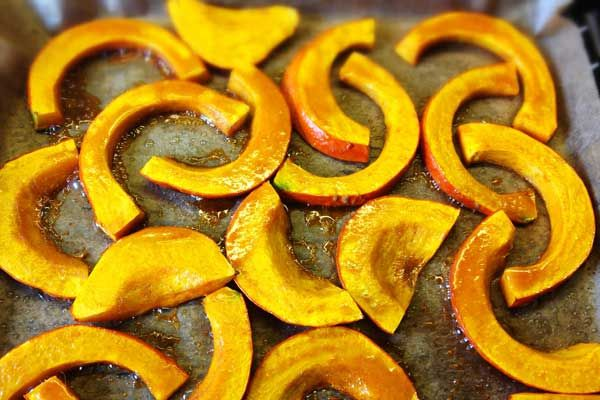 Gebackener Kürbis aus dem Ofen: Passt gut als Beilage oder Snack. In 25 Minuten fertig und mit nur 5 Zutaten machbar. Leckere Variante des Kürbis!