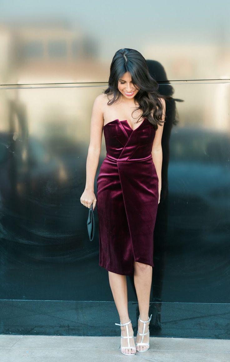 Vestido assimétrico de veludo burgundy.                                                                                                                                                                                 Mais
