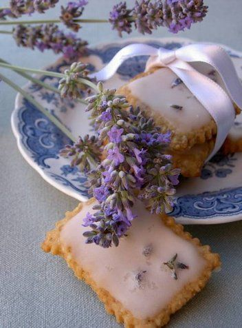 Cookies with Lemon Glaze and Lavender |  You need to scroll down the page to get the english version.  The measurements are in grams and will need converting.  But it looks so worth it. | From: paprikapaprika.blogspot.com