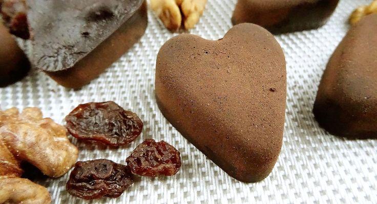 Składniki: (na 20 czekoladek ze zdjęcia) 70 g kakao, 5 łyżek ksylitolu (50 g), 60 g oleju kokosowego, średnia garść rodzynek (30 g), mała garść orzechów włoskich (20 g). Wykonanie: Rodzynki opłukać pod bieżącą wodą i osuszyć ręcznikiem papierowym, orzechy posiekać. Ksylitol zmielić w młynku na puder, wymieszać z kakao. Olej kokosowy rozpuścić, dokładnie wymieszać …