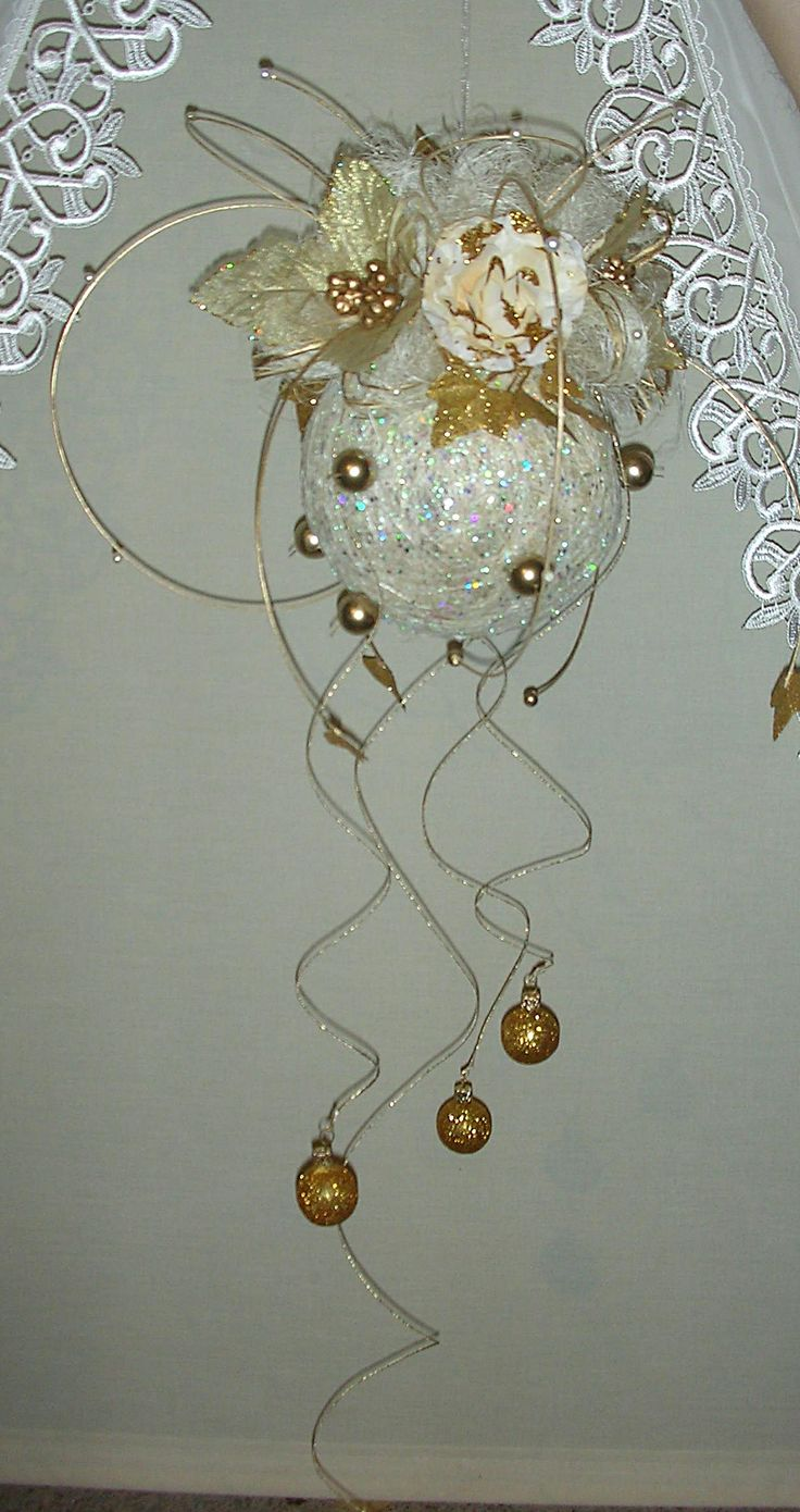 decoration ball for Christmas from  http://handmadeowo.blogspot.com/2013/11/zoto-biaa-i-czerwona-wiszaca-kula.html