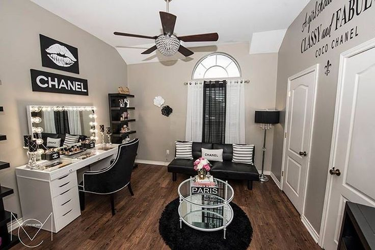 Wow! ✨ Drooling over this glam room from Karina Cabuto Hernandez! Seriously too die for!  Featuring our #impressionsvanityglowpro and #SlatStation Pro Table Top (at Impressions Vanity Co.)