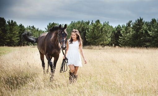 I love this look of the simple yet stylish white sundress next to the dark colored horse
