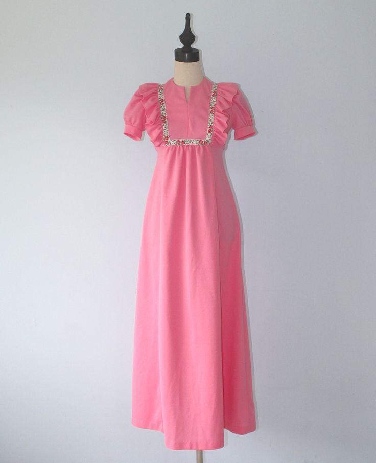 Vintage 1960s roze maxi jurk   Roze dubbele gebreide polyester maxi jurk Ruches op bodice Tapijt bloemen lint bodice Banden op de zijden die aan