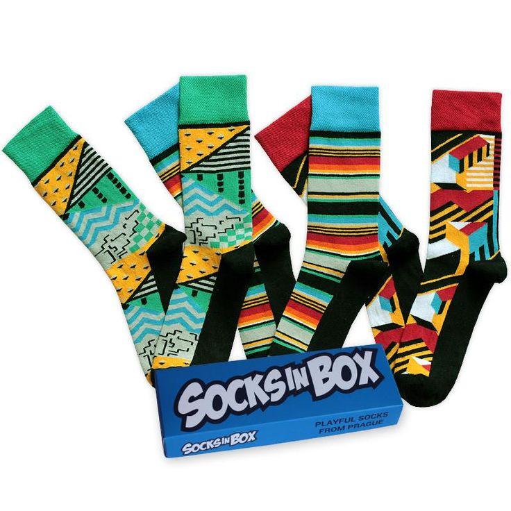 Sada pro ponožkové fajnšmekry, kteří ocení jedinečný design ve spojení se zajímavými barvami.  Velikosti 36-40, 41-45 a 46-48 V krabičce jsou 3 páry ponožek 85 % česaná bavlna, 13 % polyamid, 2 % elastan
