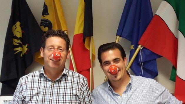 Burgemeester Roggen koopt rode neus voor rode neuzenactie