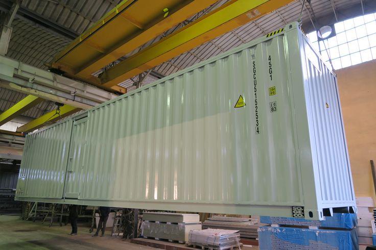 SOGECO containers, 40' HC allestito per contenere cucina e magazzino. Destinato ad Hospitality in ambiente MotoGP. Cornici lungo i lati per aggancio teloni.
