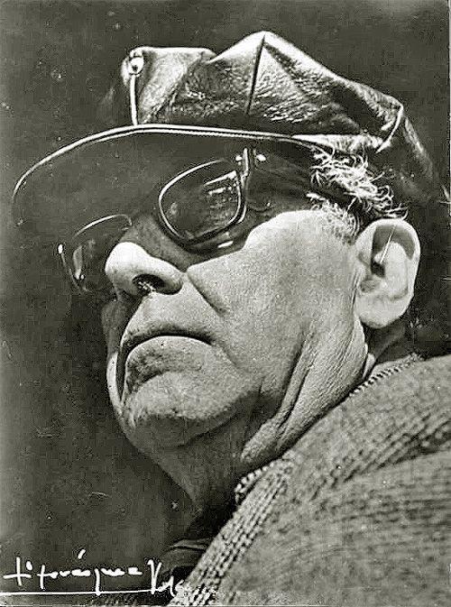 Esta fotografía de Pablo de Rokha tomada hacia 1965 y quizás la más famosa del…