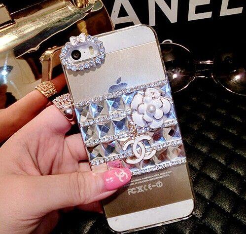 シャネル iphone6 白花ケースはデコ式のデザインが利用られる。綺麗なタイヤモドでつ繋ぎ合わせられる。シャネル iphone6ケースの表には清新な白花があり、それは簡単で自然の美しさが現れ、ブランド品シャネルのlogoもありますが、女らしい十分です。更に、カメラの穴はきらきら可愛いリボンが付き、本当は目立つことになります。ケースの質が最良で、柔軟性が強い、手触れりがいい、滑らかな表面なので、汚れやほこりをよく防ぎますよ