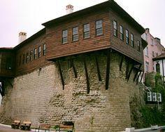 Bolaman Kalesi Fatsa ilçesi Bolaman kasabasında meşhur bir kaledir. Mevcut kale muhtemelen Pontus Rumlarında kalmıştır. Kale bedenleri üzerinde tahminen 200 yıl önce Hazinedar ailesi taraından inşa edilen ahşap yapı sivil mimarmizin örneklerinden biridir. Karadeniz Bölgesinin en özgün sivil mimarlık örneklerinden biridir.