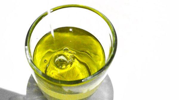 Blahodárné účinky olivového oleje jsou známy už po celá staletí. Kromě potravinářské přísady je také hojně užíván v kosmetickém průmyslu. Pravidelnou masáží vlasové pokožky pomocí extra panenského olivového oleje (extra virgin) docílíte rychlejšího růstu vlasů. Olivový olej je bohatý na vitamíny A, B, D a E. Každodenní masáží vlasové pokožky pomocí olivového oleje minimalizujete riziko vypadávání vlasů, přičemž stimulujete vlasové kořínky a urychlíte růst nových vlasů.