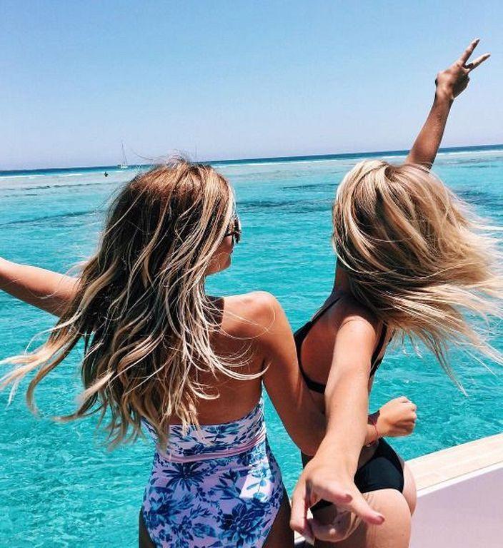Картинка с подружкой на море