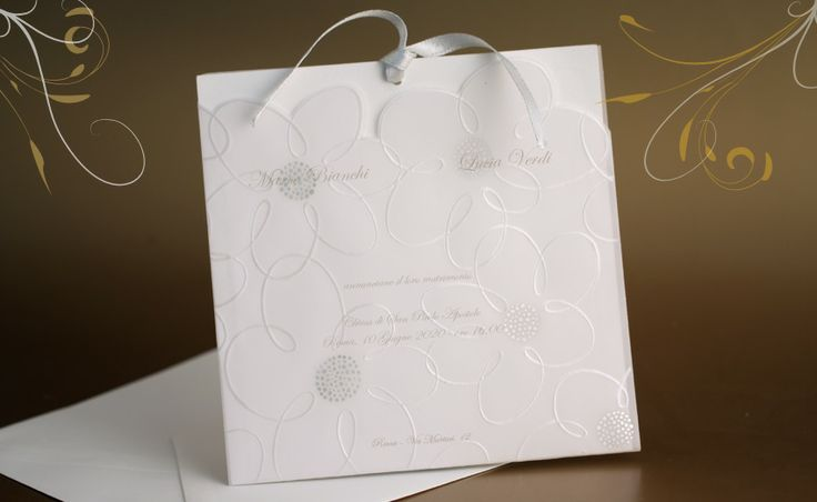 Partecipazioni di nozze, inviti di matrimonio. Partecipazione decorata in perla e oro su tasca trasparente.