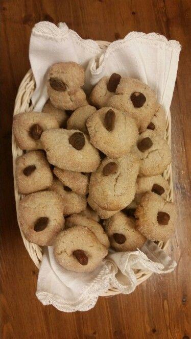 Biscotti con farina di Solina, vino bianco,  olio d'oliva e mandorle. Agriturismo il Portone, Abruzzo