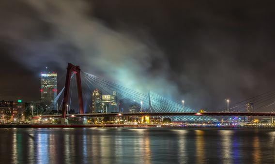 Prachtig! 'Smoke after Fireworks in Rotterdam' van Christian Tuk, voor aan de muur.   Ik woon weliswaar amper meer onder de #rook van Rotterdam... maar ZO zie ik #Rotterdam graag :)