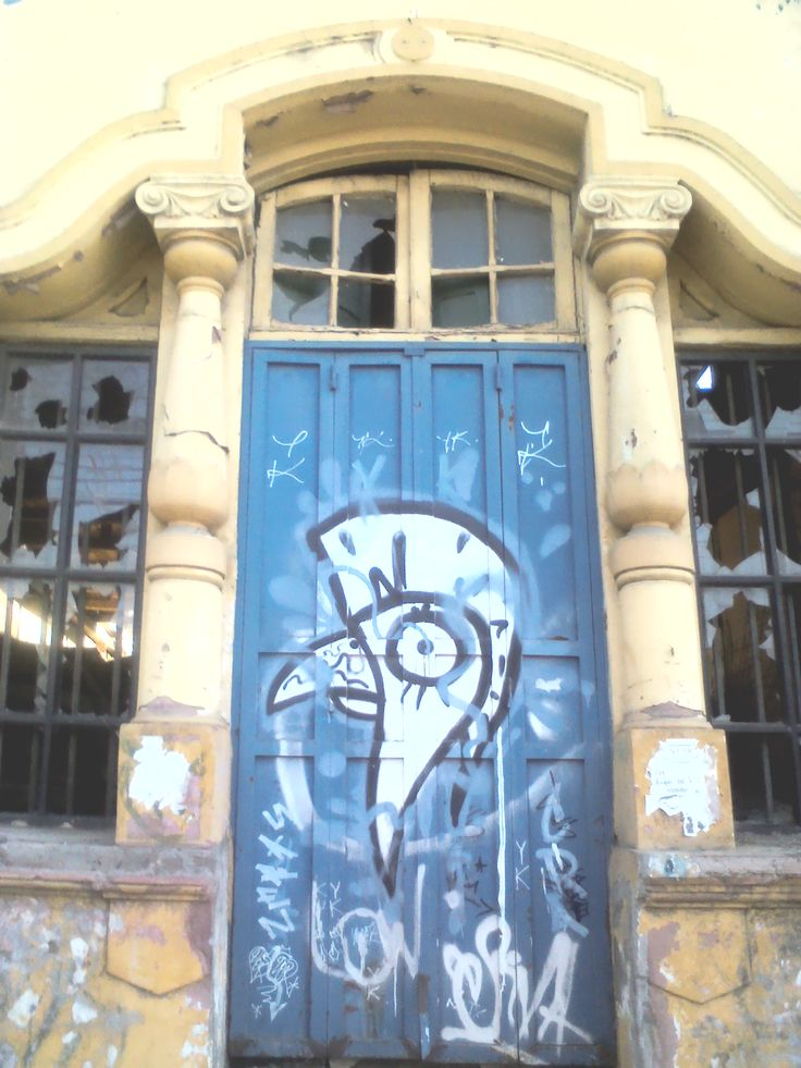 el gallo canta en la puerta. #Post-terremoto #Talca #2Sur