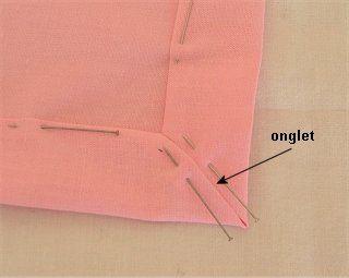 """Image5.jpgCoudre les ourlets au point d'ourlet. Coudre ensemble les deux bords de l'onglet au point glissé ou au point """"de vous à moi""""."""