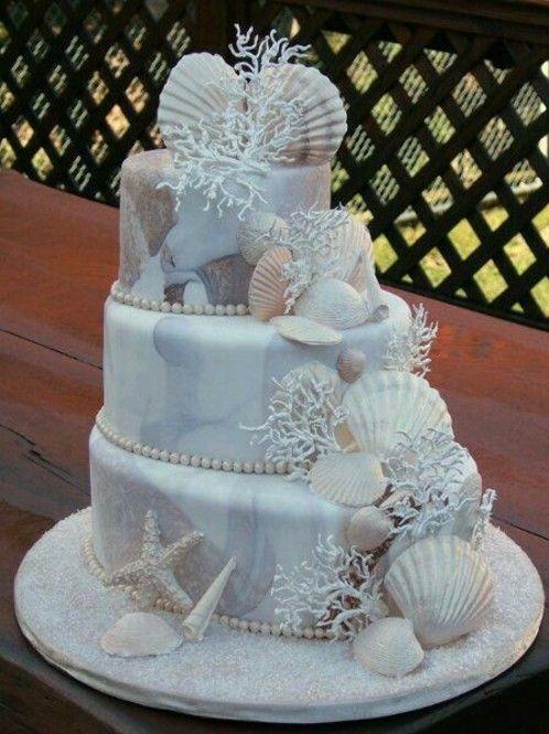 淡いブルーが素敵なケーキ♡海を連想させるデコレーションが素敵です。