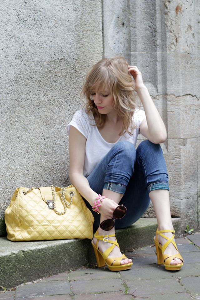 How to style loose fit jeans? Here: http://www.miss-annie.de/wie-trage-ich-lockere-jeans/ #blogger #fashion #boyfriendjeans #ootd #styling #outfit #yellow #primark