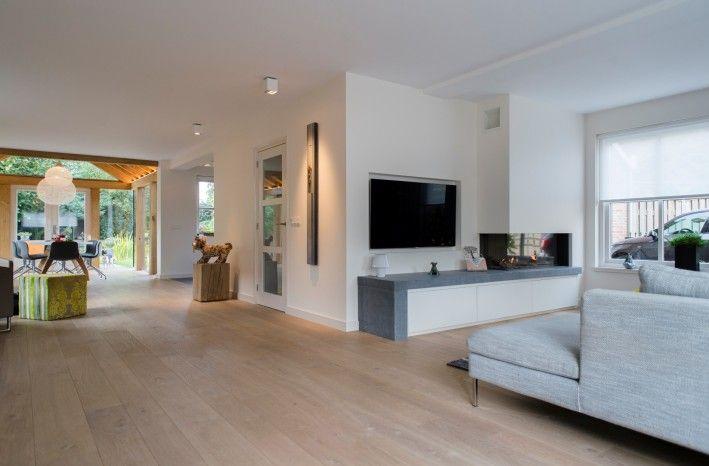 TV meubel idee met beton van het keukenblad links van de nis