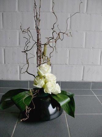 Lenteschikking als balie bloemstuk maken - lenteschikking maken met bloemen en bladeren op een vaas