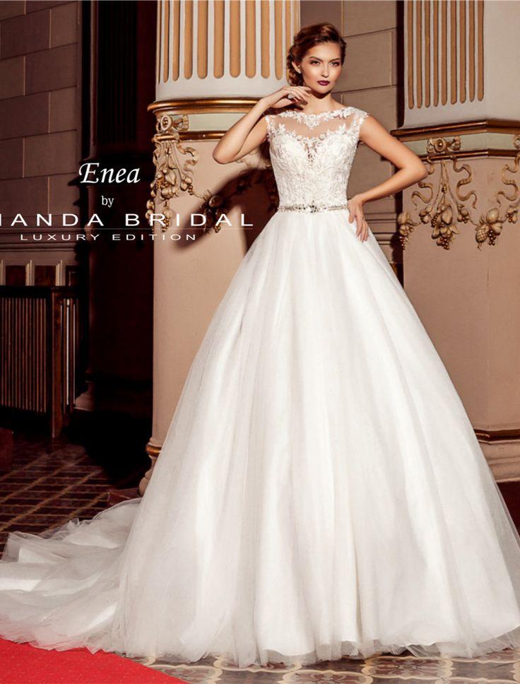 Aceasta este o rochie de mireasa croita in stil printesa cu un corset delicat…