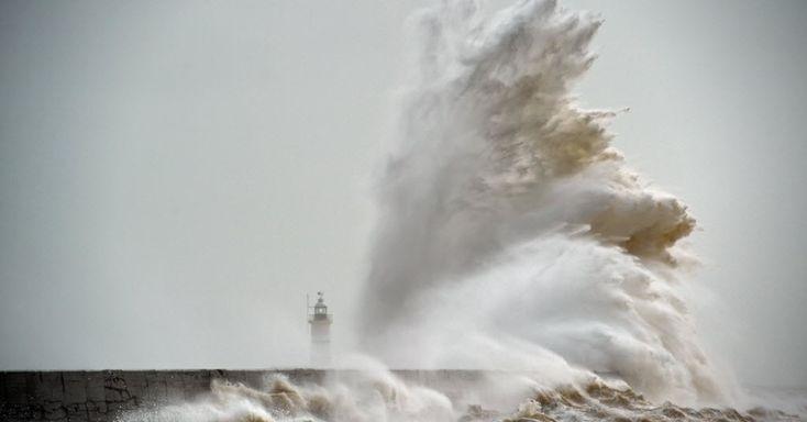 Ondas quebram sobre o farol Newhaven, na costa sul da Inglaterra, Reino Unido.  Fotografia: Glyn Kirk / AFP.  http://noticias.uol.com.br/album/album-do-dia/2016/02/08/imagens-do-dia---8-de-fevereiro-de-2016.htm?abrefoto=20