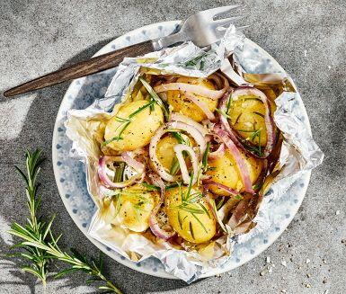 Att potatis i foliepaket är ett utomordentligt tillbehör till grillad mat kommer inte som en överraskning. Smakerna av rödlök, vitlök och rosmarin smälter samman under tillagningen och resulterar i en underbart god blandning. Grilla, öppna och njut!