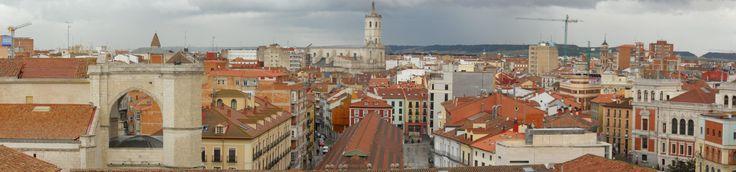 Vista panorámica del casco viejo de #Valladolid. A la izquierda, la Iglesia de San Benito; en el centro, el mercado del Val con la Catedral al fondo; a la derecha, la fachada trasera del Ayuntamiento.