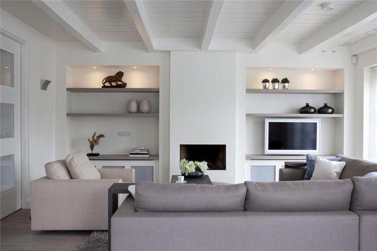 woonkamer met wand met openhaard... voor meer inspiratie www.stylingentrends.nl of www.facebook.com/stylingentrends