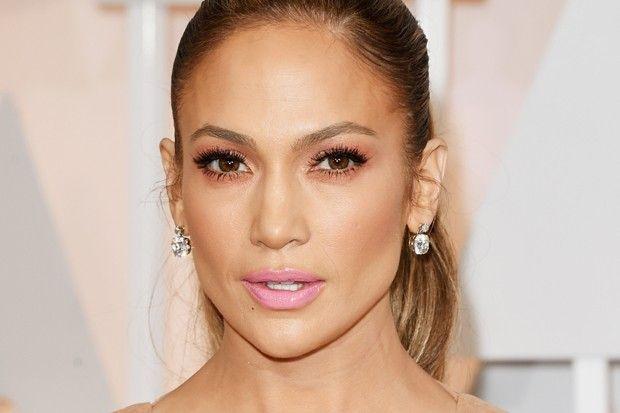 """Jennifer Lopez (Foto: Getty Images)Rosa claro """"Este batom é para uma mulher mais delicada e feminina. Ele dá cor ao rosto de forma leve e natural"""", explica Cinthia. """"O rosa claro pode ser extremamente sexy se usado com muita maquiagem, depende do seu humor"""", explica Helder. """"Caso queira algo mais romântico, use com tons pastéis""""."""