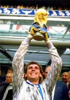 Nery Alberto Pumpido.Campeón Mundial con la Selección Argentina en FIFA World Cup México 1986. Campeón con River Plate en Campeonato de Primera División 1985/86, Copa Libertadores de América 1986, Copa Intercontinental 1986 y Copa Interamericana 1987.