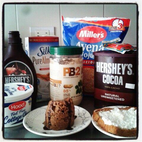 Chocolate mug cake & toast with cottage cheese.  (En un recipiente para micro se mezclan: 1 huevo, 1/4 de taza de avena, 2 cucharadas de PB2, 1 cucharada de Cocoa sin azúcar, un chorrito de leche de almendras, una pizca de polvo para hornear, arándanos y/o frutos secos (opcional) y se lleva al micro por 1.30 min)  #mugcake #Hersheys #PB2 #AlmondMilk #oat #Cottage #eatclean #cleanfood