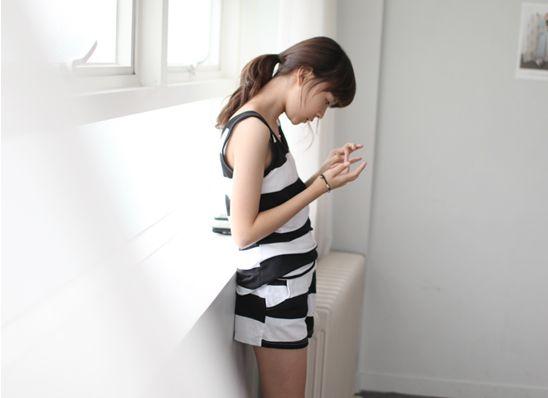 Today's Hot Pick :ワイドボーダープリントノースリーブxショーツ上下セットアップ http://fashionstylep.com/P0000SLT/gobubble/out ノースリーブTシャツとショートパンツがセットになったアイテムです。 旬な白×黒の太ピッチボーダーの組み合わせで、 ちょっぴり大人っぽい雰囲気を放つ今季らしいデザインがポイント♪ 伸縮性に富んだ程よい薄めの素材感がエアリーな肌触りを実現します。 セットで着たり、別々に使っても様になる、おすすめの1セットです。 ◆2色:ブラック/メランジグレー