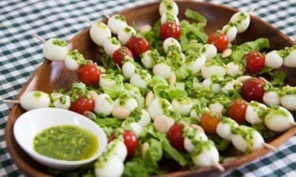 Espetadas de Ovinhos com Pesto de Manjericão e Amêndoa - https://www.receitassimples.pt/espetadas-de-ovinhos-com-pesto-de-manjericao-e-amendoa/