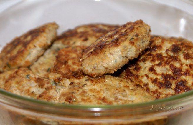 Продукты:  фарш из индейки 800 г лук 2-3 шт. хлебные крошки 2-3 ст. л. хмели-сунели 1 ст. л. яйцо 2 шт. йогурт или кефир 100 мл цуккини 0,5 шт. (150 г) соль масло для жарки 2 ст. л.  Приготовление: