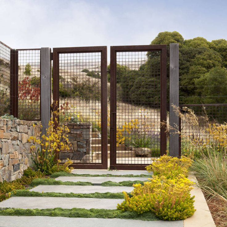Красивый забор : изюминка для вашей усадьбы, 65 фото идей http://happymodern.ru/krasivyj-zabor-65-foto-izyuminka-vashej-usadby/ Сетчатый забор и калитка на опорах - массивных деревянных столбах