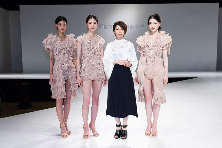 【第90回装苑賞、山田知佳さんに決定!】  1956年、日本で初めてのファッション界の新人賞として創設されて以来、数多くの著名デザイナーを輩出してきた「装苑賞」。スタートして60年目、そして第90回という節目となる同コンテストの公開審査会が、文化学園遠藤記念館大ホールにて開催された。  公開審査会では、候補者16組が、各自コンセプトを掲げた各3体のコレクションをショー形式で発表した。日本を代表するトップデザイナー8名の審査により、装苑賞は山田知佳さん(愛知文化服装専門学校アパレル技術専攻科卒、現・アパレル販売員)に決定。  http://soen.tokyo/fashion/news/soen160614.html