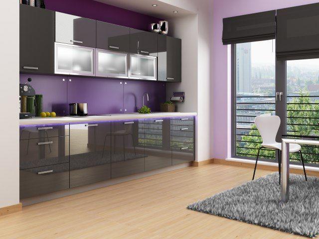 ACRILICO konyhabútor szett 240cm  ACRILICO konyhabútor szett a minimalista elegancia megszállottjainak. A 2,4 méteres összeállítás egy komplett konyhabútor elemeit tartalmazza,a munkalap és a konyhai gépek nélkül. A frontok MDF-ből készültek, magasfényű felülettel. A fiókok és az ajtók önfékező vasalatokkal szereltek.