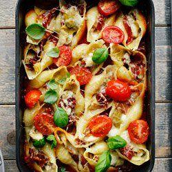 Muszle nadziewane karczochami, szynką parmeńską i serem. Makaron muszle nadziewany i zapiekany z sosem pomidorowym