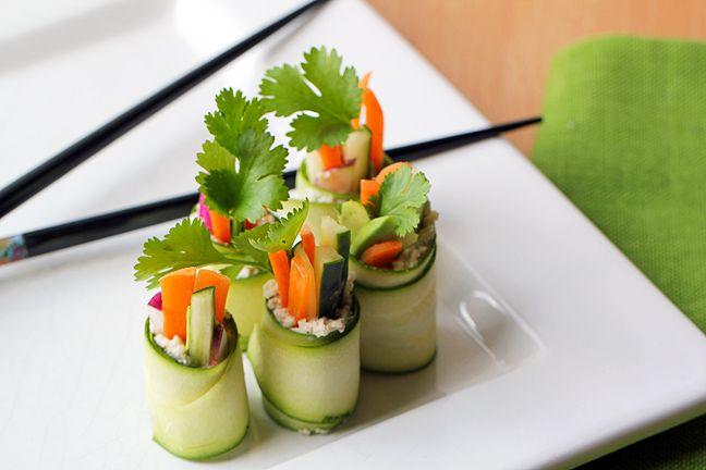 Maak ''sushi'' van courgettte - Dit overheerlijk en makkelijk recept is in no time klaar. Iedereen zal versteld staan van jou eigengemaakte ''sushi''.