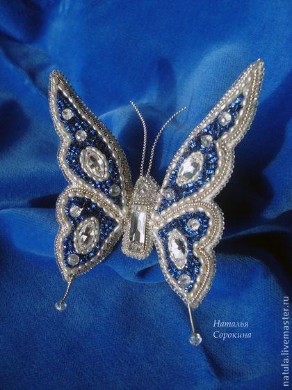 Бабочка-брошь с жемчугом `Посланница неба`. Бабочка-брошь 'Посланница неба' выполнена в технике золотного шитья. Лёгкая, силуэтная, элегантная брошь в жемчужно-серебряно-синих тонах. Бабочка объёмная, можно на свой вкус придать форму крыльям.