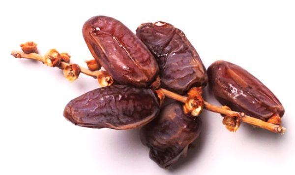 Curmalele au fost numite fructele vieţii de către popoarele antice, şi pe bună dreptate. Aceste fructe sunt recomandate întocmai ca un aliment indispensabil unei diete sănătoase. Curmalele conţin fibre naturale, calciu, fier, fosofr, magneziu şi …