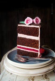 Шокоголики всех стран объединяйтесь!  День рождения - это отличный повод для приготовления вкусного десерта, такого как шоколадный торт, который своим изысканным вкусом зарядит энергией, поднимет настроение и сделает день незабываемым.