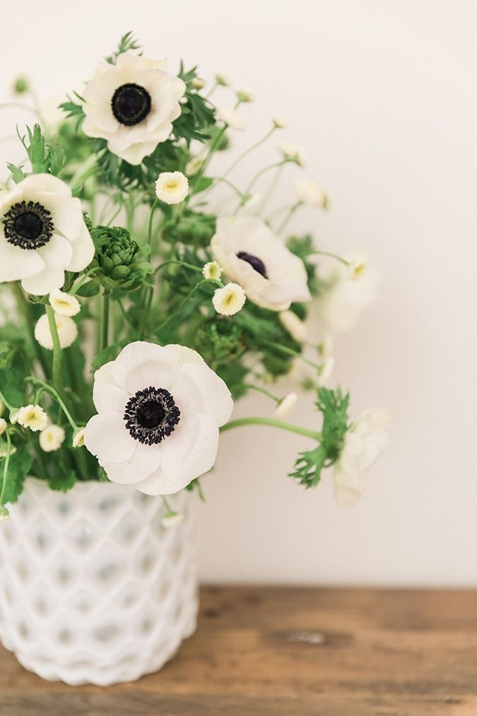 In love with white floral arrangements that add a crisp and sophisticated vibe to the home.
