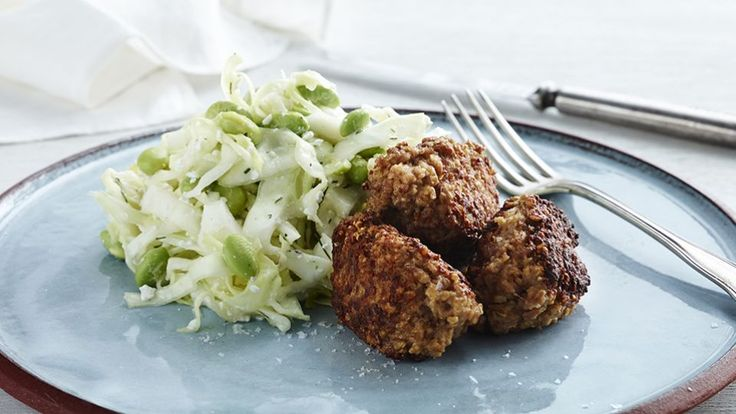 Frikadeller (brug kylling) med edameme/hytteost salat | Mad