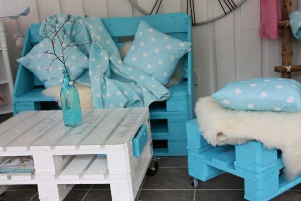 Europaletten im Garten verwenden – 23 thematische Wohnideen für Sie - holzpaletten im Garten verwenden couchtisch weiß bemalt blau sitzbank