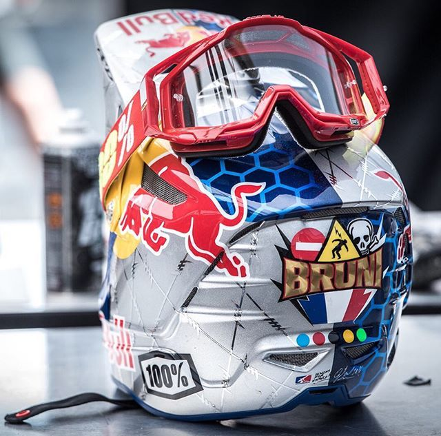 Pin By Levente Gerencser On Downhill Riding Gear Racing Gear Motorcycle Helmets
