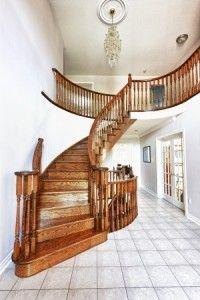 un escalier en bois aprés rénovation